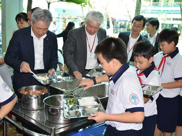 Đại diện công ty Ajinomoto tham dự bữa ăn học đường cùng học sinh tiểu học