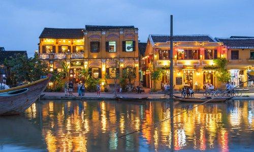 Khung cảnh Hội An lên đèn bên bờ sông Hoài. Ảnh: Alamy.