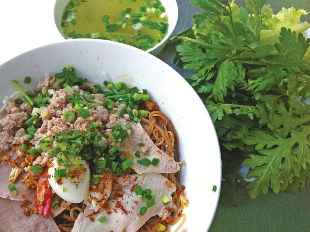 Như những quán hủ tiếu Nam Vang khác, ở đây có hủ tiếu nước và khô, nêm nếm vừa miệng, là món ăn sáng vừa rẻ vừa chất lượng. Buổi sáng khá đông khách nhưng phục vụ nhanh. Giá: 35.000 đồng/tô Địa chỉ: Hủ tiếu Anh Hồ, đường Trương Công Định, Vũng Tàu.