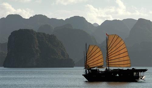Một du thuyền trôi giữa những hòn đảo đá vôi của vịnh Hạ Long. Ảnh:AFP.