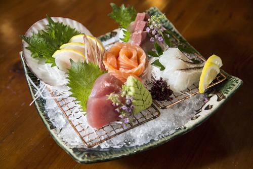 Sashimi tổng hợp: Đến Fuji, thực khách bị cuốn hút bởi sự hấp dẫn bởi muôn sắc màu của sashimi. Thực đơn cho một sashimi tổng hợp không thể thiếu các loại cá sống nhập trực tiếp từ Nhật Bản có vị ngọt tự nhiên, thịt dai, dẻo và thơm.