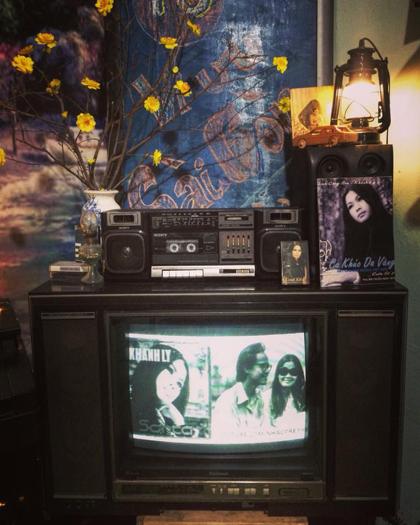 Hình ảnh của nhạc sĩ Trịnh Công Sơn, ca sĩ Khánh Ly cũng xuất hiện khắp quán. Bên cạnh đó là những đồ xưa cũ như chiếc đàn guitar, tivi, radio... Ngồi trong quán thưởng thức bánh xèo, bạn sẽ được nghe những ca khúc nhạc Trịnh ngân vang từ chiếc radio cũ kỹ.