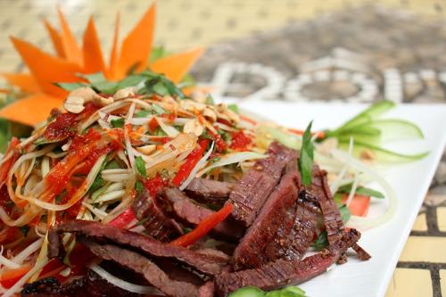 Món gỏi đu đủ bò một nắng tròn vị, chua chua cay cay, mang đến cảm giác lưu luyến mãi khi ăn.