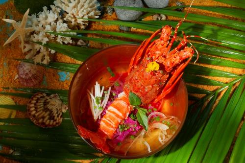 Hoặc thực khách có thể chọn món chính Phở Củ Dền với Tôm Hùm, một món ăn truyền thống được biến tấu hoàn toàn mới lạ để cảm nhận sự đa dạng và đậm đà trong hương vị.