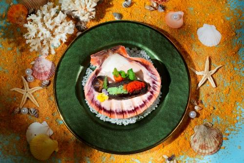 Le Royal Saigon đã khéo léo kết hợp phần thịt Nhum (cầu gai), cùng tiêu lốp, và đậu phộng, củ cải trắng tạo nên một món Soup Nhum Phú Quốc hầm tiêu lốp đầy bổ dưỡng.