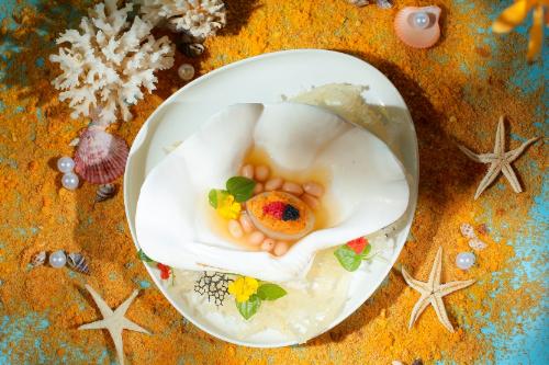 Từ loại hải sản quí hiếm mà thiên nhiên ban tặng, Hải sâm hầm sốt nước tương hạt sen được kết hợp cùng nấm hương rừng Tây Bắc và hạt sen hầm cách thủy để lưu giữ trọn vẹn chất dinh dưỡng.