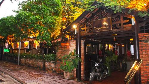 Nhà hàng Đồng với khuôn viên mộc mạc, mang đậm chất hoài cổ, nhẹ nhàng.