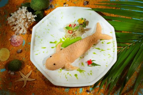 Sử dụng cá suối, một loại cá đặc biệt, Le Royal Saigon khéo léo bọc và nướng cá ở nhiệt độ vừa, để tạo phần thịt tươi ngón chín tới cho món Cá Suối nướng muối khoáng hương tiêu rừng.