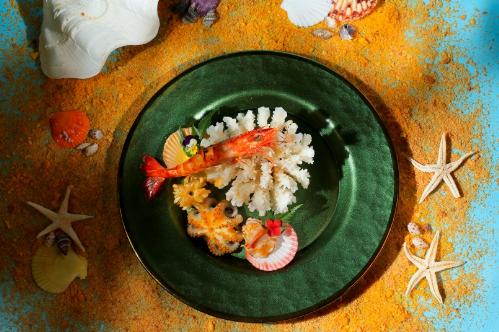 Hải sản đại dương sốt muối ớt vàng Tây Nguyên là món khai vị tái hiện hình ảnh đại dương sống động. Từ các thành phần tôm, bạch tuộc, mực, sò điệp nướng với sốt muối ớt và lá cốc.